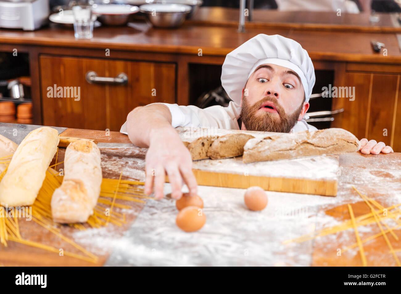 Barbe Baker avec amusant mignon plaisanter et s'amuser sur la cuisine Photo Stock