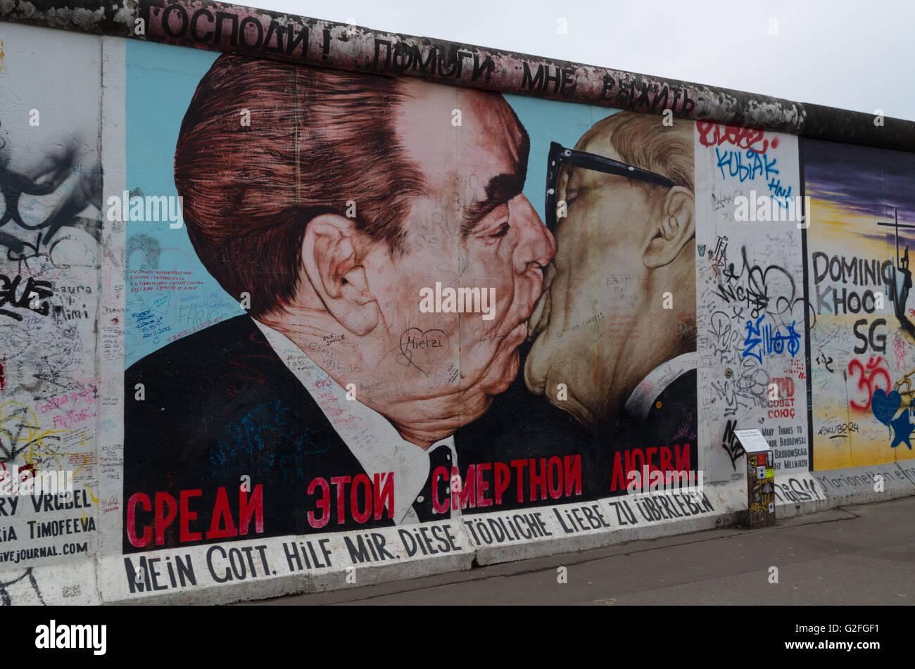 Graffiti du mur de Berlin, East Side Gallery, le Baiser Photo Stock