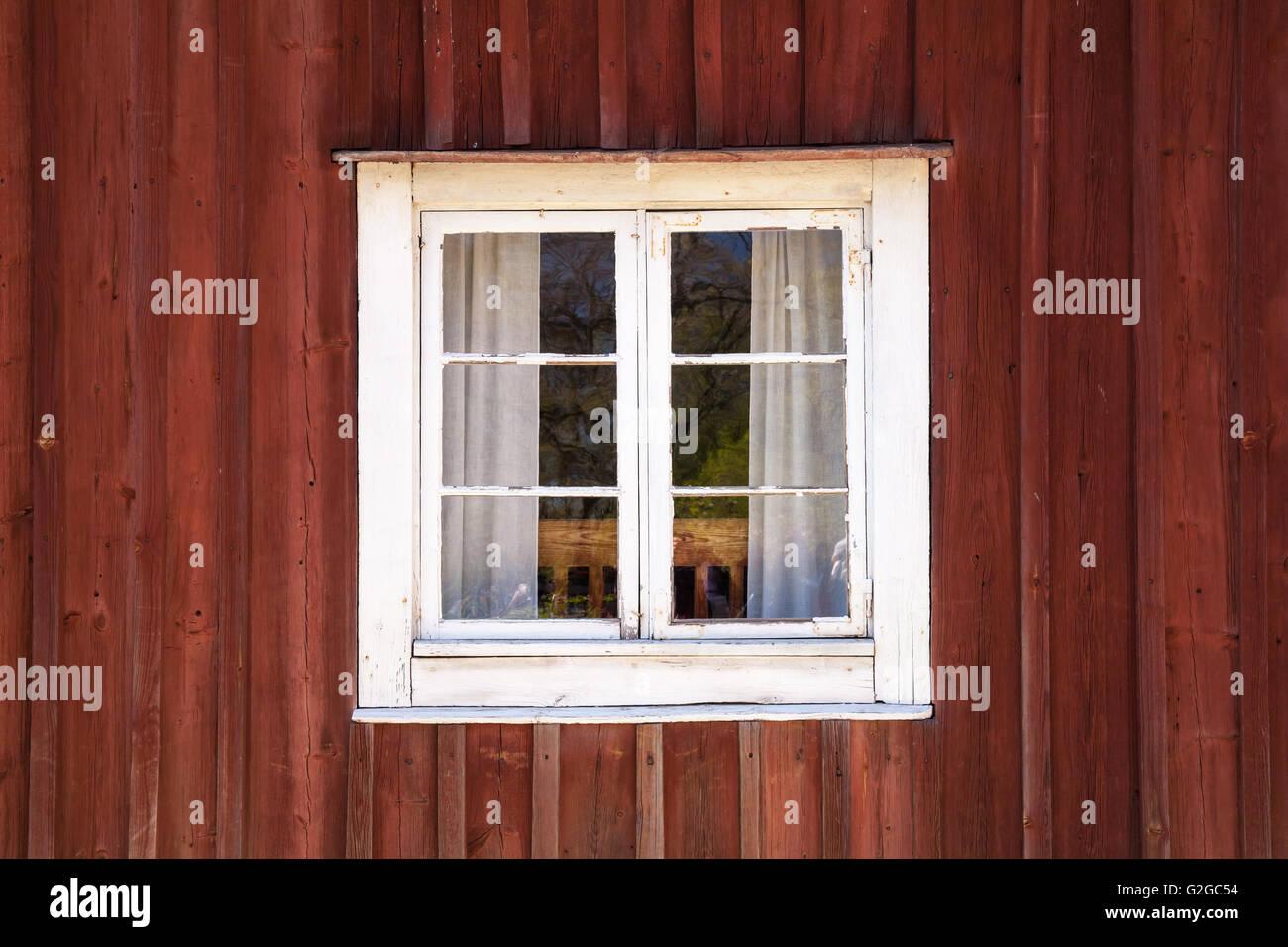 Vieux Mur En Bois Rouge Foncé Avec Fenêtre Dans Cadre Blanc