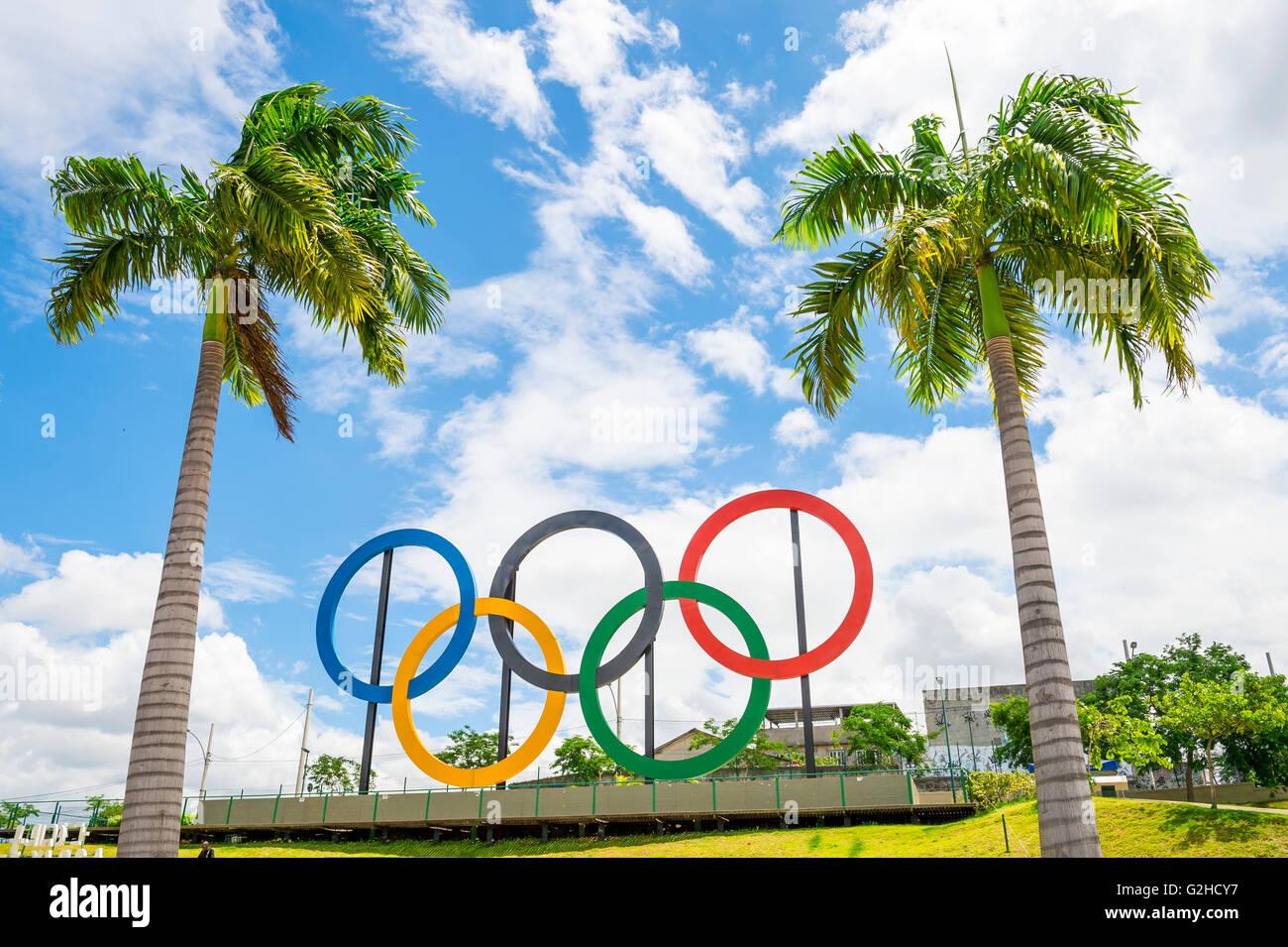 RIO DE JANEIRO - le 18 mars 2016: anneaux olympiques se tiennent près de grands palmiers dans Parque Photo Stock