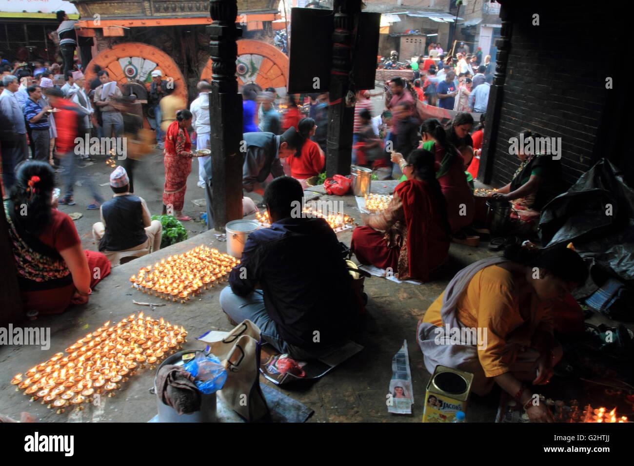 Patan, Népal.01 juin,2016. La population locale de la vallée de Katmandou buttter éclairage lampe Photo Stock