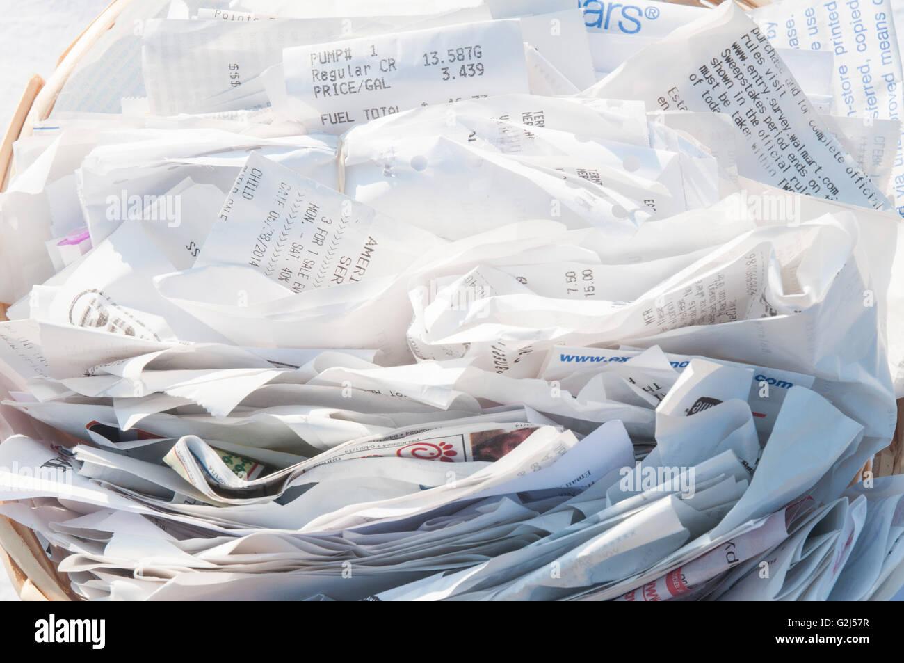 Des reçus papier dans le panier, Close-Up Photo Stock
