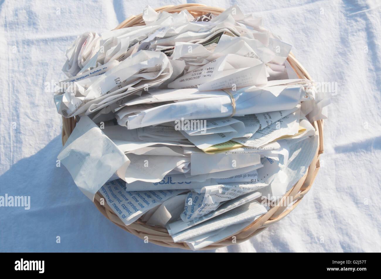 Des reçus papier dans le panier, High Angle View Photo Stock