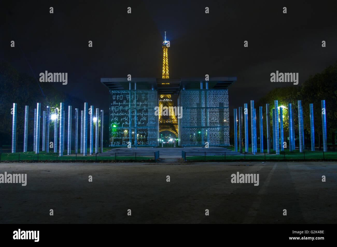 PARIS,FRANCE-16 novembre: la Tour Eiffel au crépuscule à la recherche à travers le mur de la Paix pour le Peaceon Mur 16 novembre 2009, en Banque D'Images