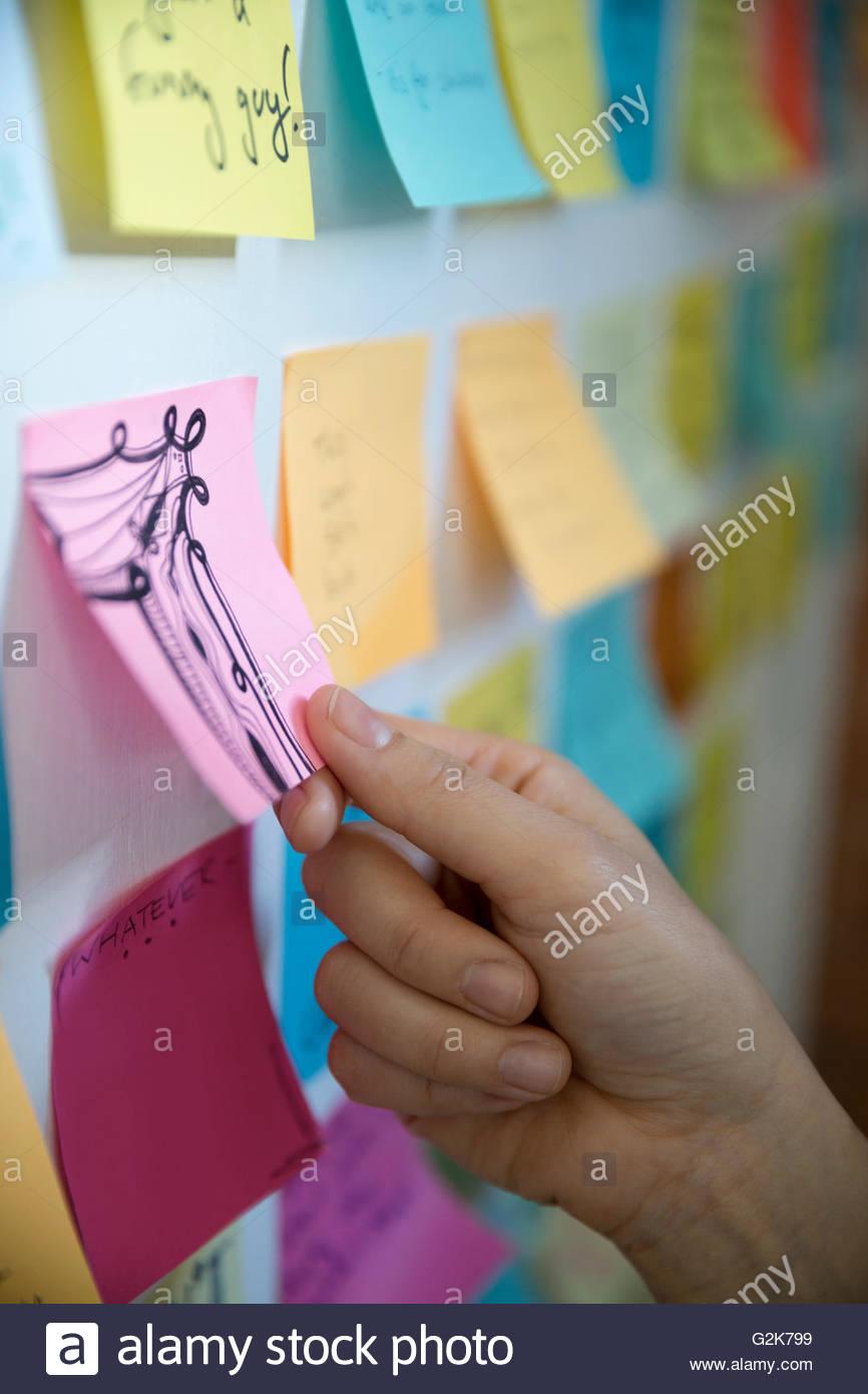 Close up of designer toucher images sur mur Photo Stock