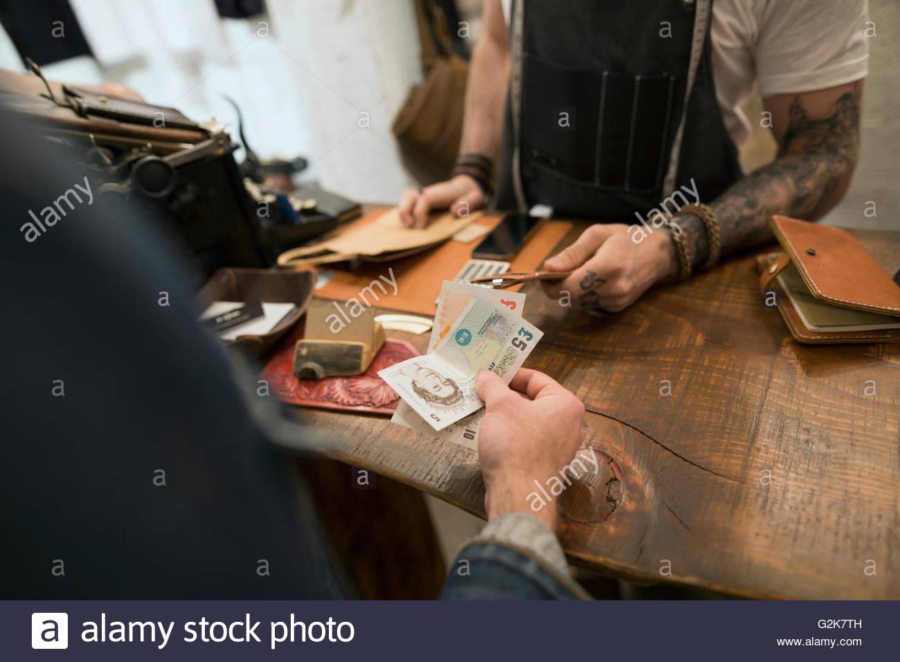 Le client paie en livres britanniques en boutique en cuir Photo Stock