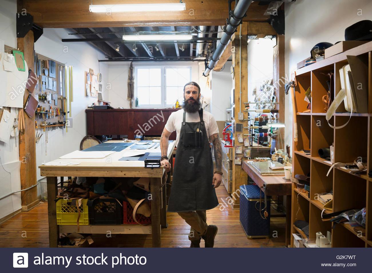 af1a8a73711c Portrait confiant dans l atelier cuir bouilloire Banque D Images ...