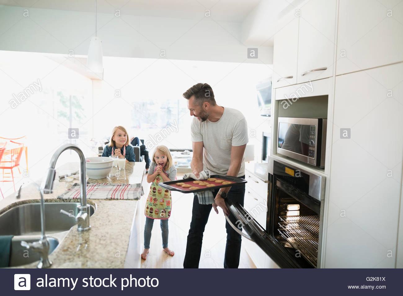 Père et filles baking in kitchen Photo Stock