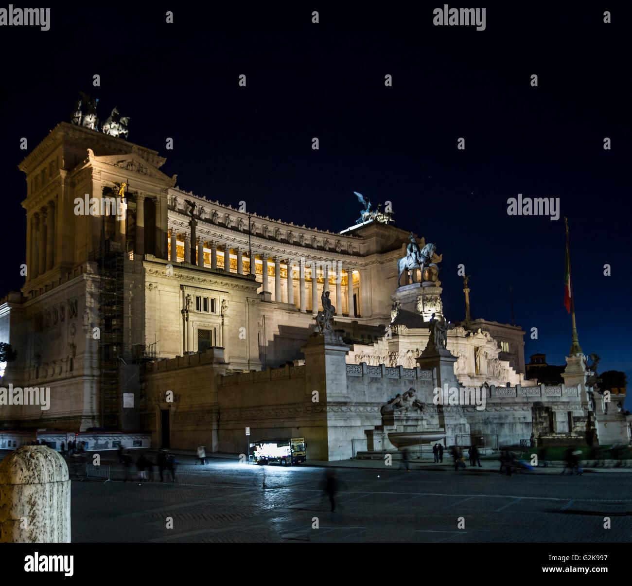 Autel de vittoriano patrie près de Colosseum par nuit roma Photo Stock