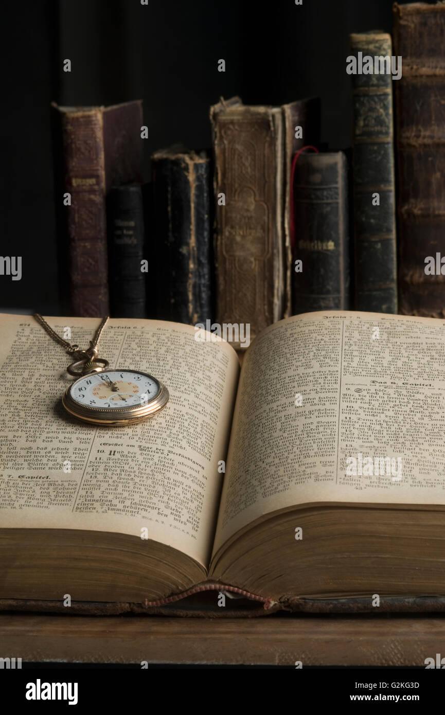 Livre ouvert avec l'ancienne montre de poche Photo Stock