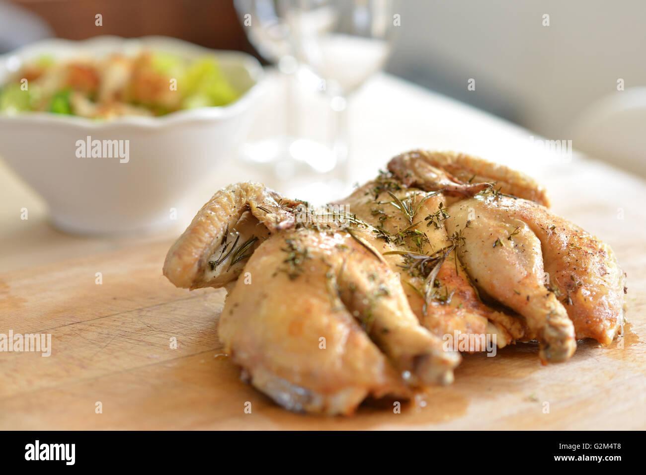Faire intervenir cuit (papillon) poulet et fines herbes Photo Stock