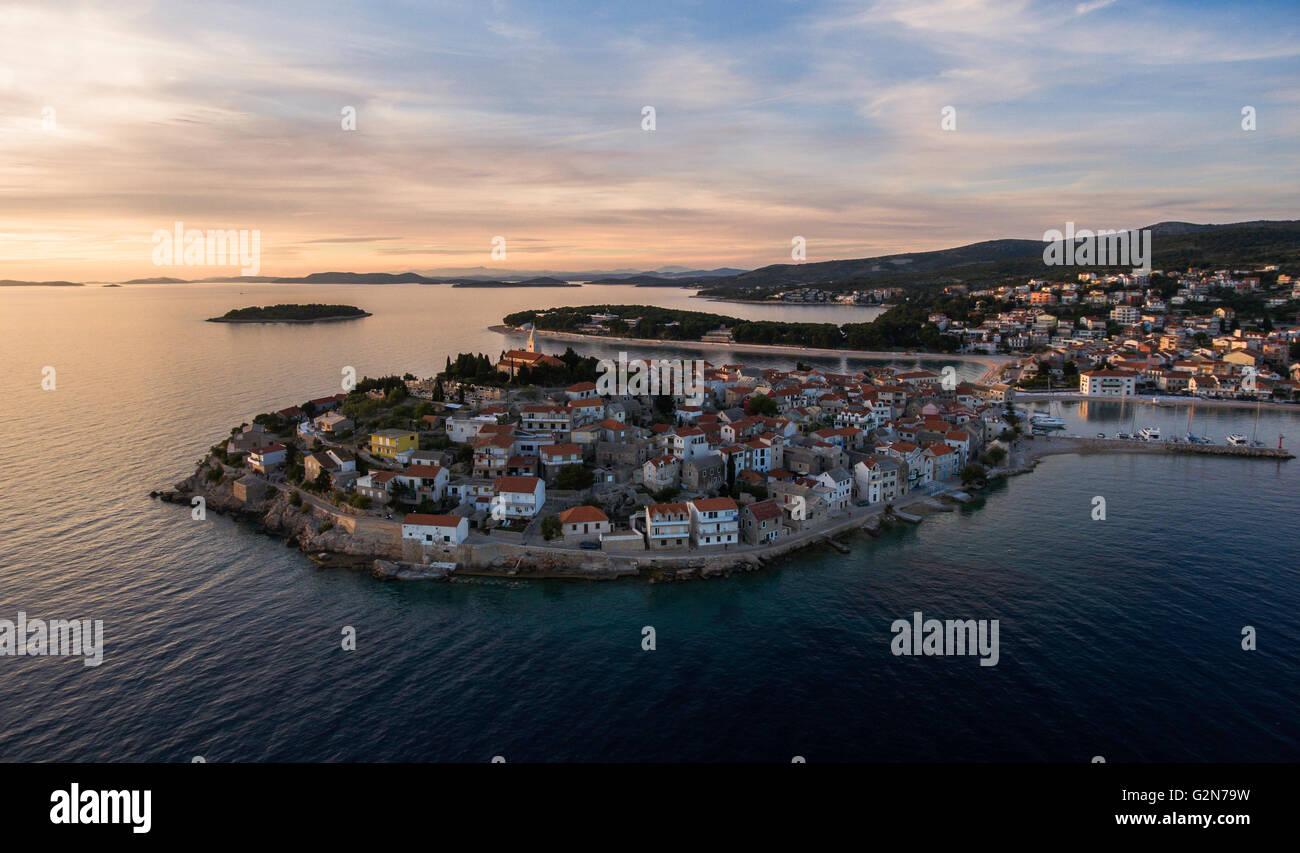 Superbe vue aérienne sur la ville de primosten au cours de la magnifique coucher de soleil, mai 2016, faite par Banque D'Images