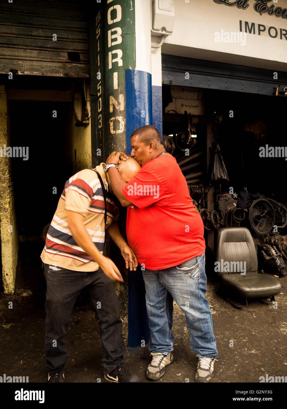 Homme Damour Dans Le Barrio Triste Medellin Colombie