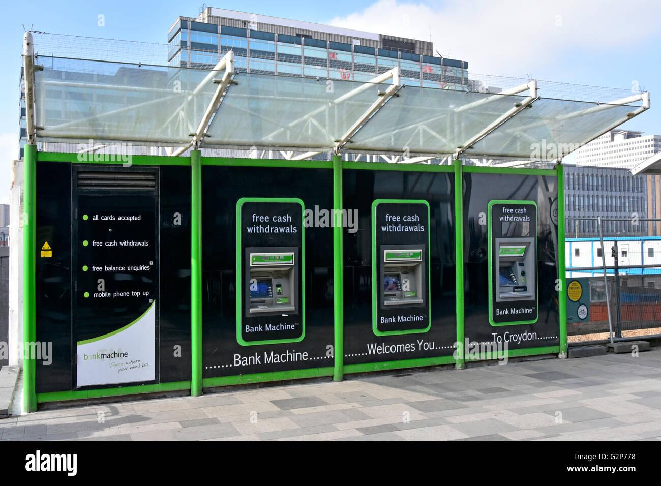 Guichet automatique à trois guichets automatiques dans le comptoir de caisse mural Distributeurs d'argent à l'extérieur de la gare de Croydon East, Londres, Angleterre ROYAUME-UNI Banque D'Images