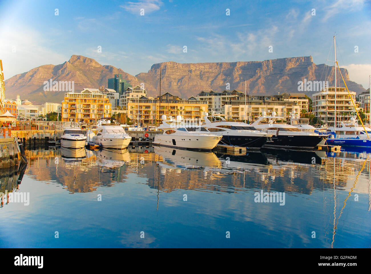 V&A Waterfront au Cap avec la toile de fond de Table Mountain, Afrique du Sud Banque D'Images