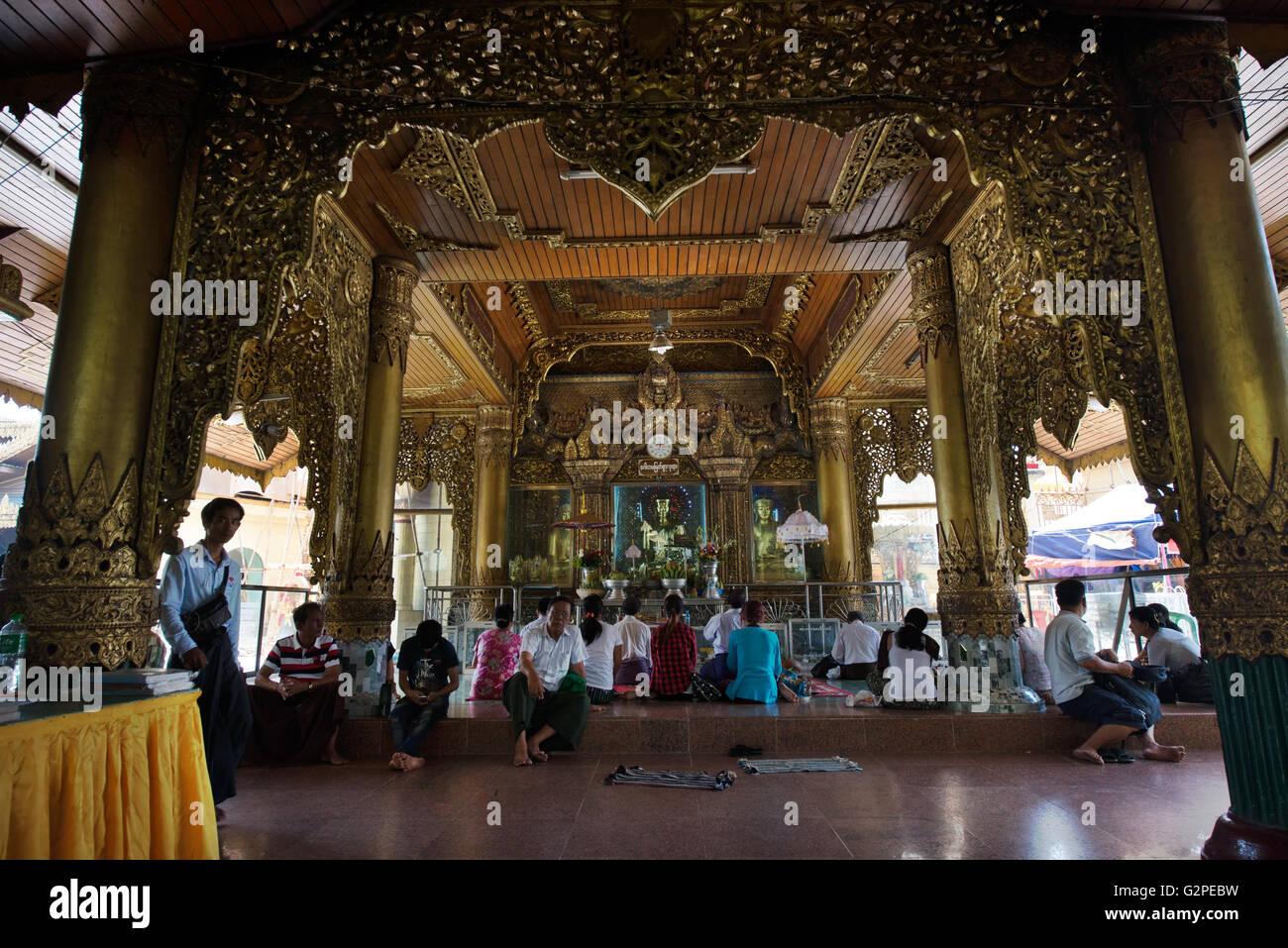 Les dévots adorer une statue du Bouddha d'or, la pagode Sule, Yangon, Yangon, Myanmar état Photo Stock