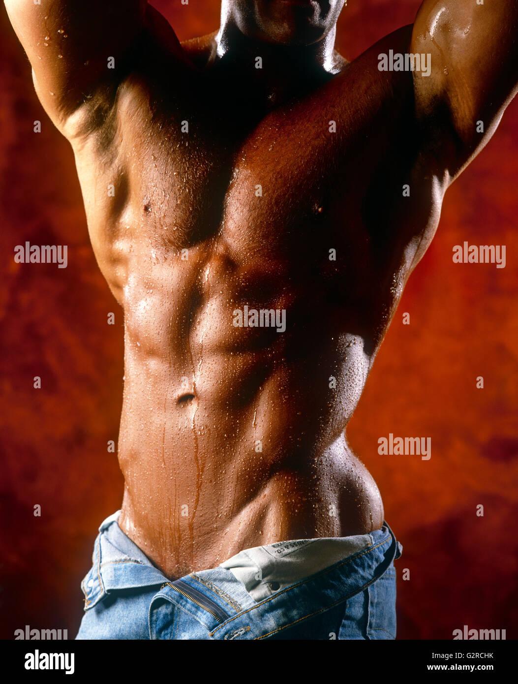 Close-up d'un gars des muscles, à l'intérieur. Banque D'Images