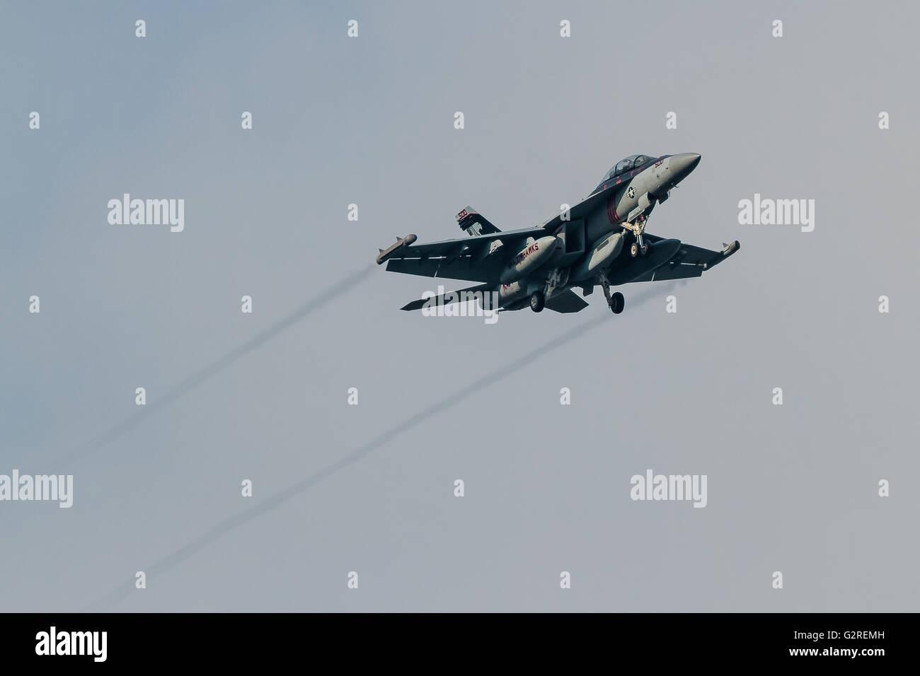 Un chasseur à réaction Boeing EA-18 G Growler avec le VAQ-141, escadron d'Attaque électronique de la marine américaine, connu sous le nom de 'Shadowhawkss' qui survole Kanagawa, Japon Banque D'Images