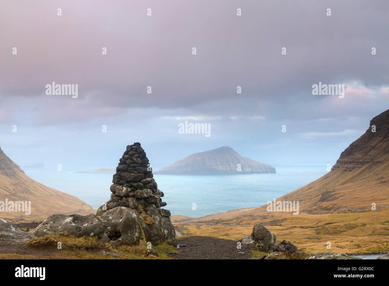 L'île de Koltur vista à partir de la montagne au lever du soleil à Streymoy, aux îles Féroé, Photo Stock