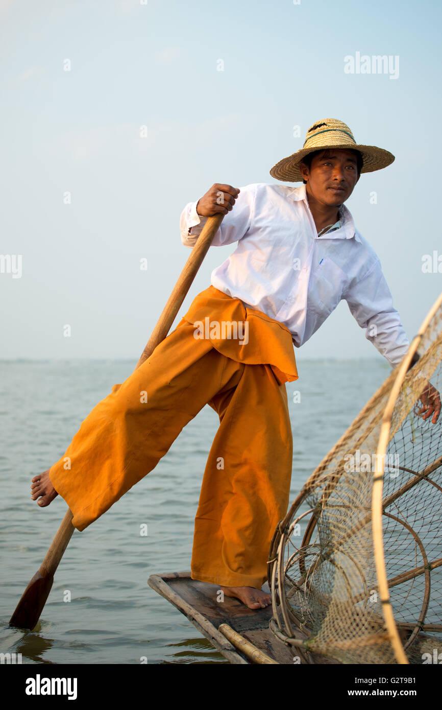 Aviron distinctif style d'un pêcheur, ethnie Intha au lac Inle, myanmar Photo Stock