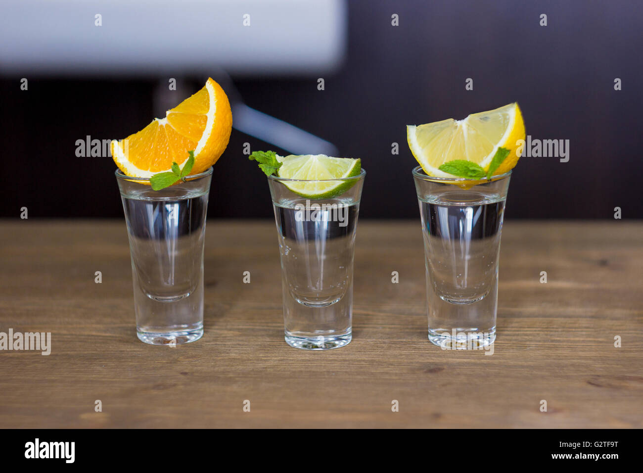 Shot verre situé sur l'arrière-plan de la barre Photo Stock