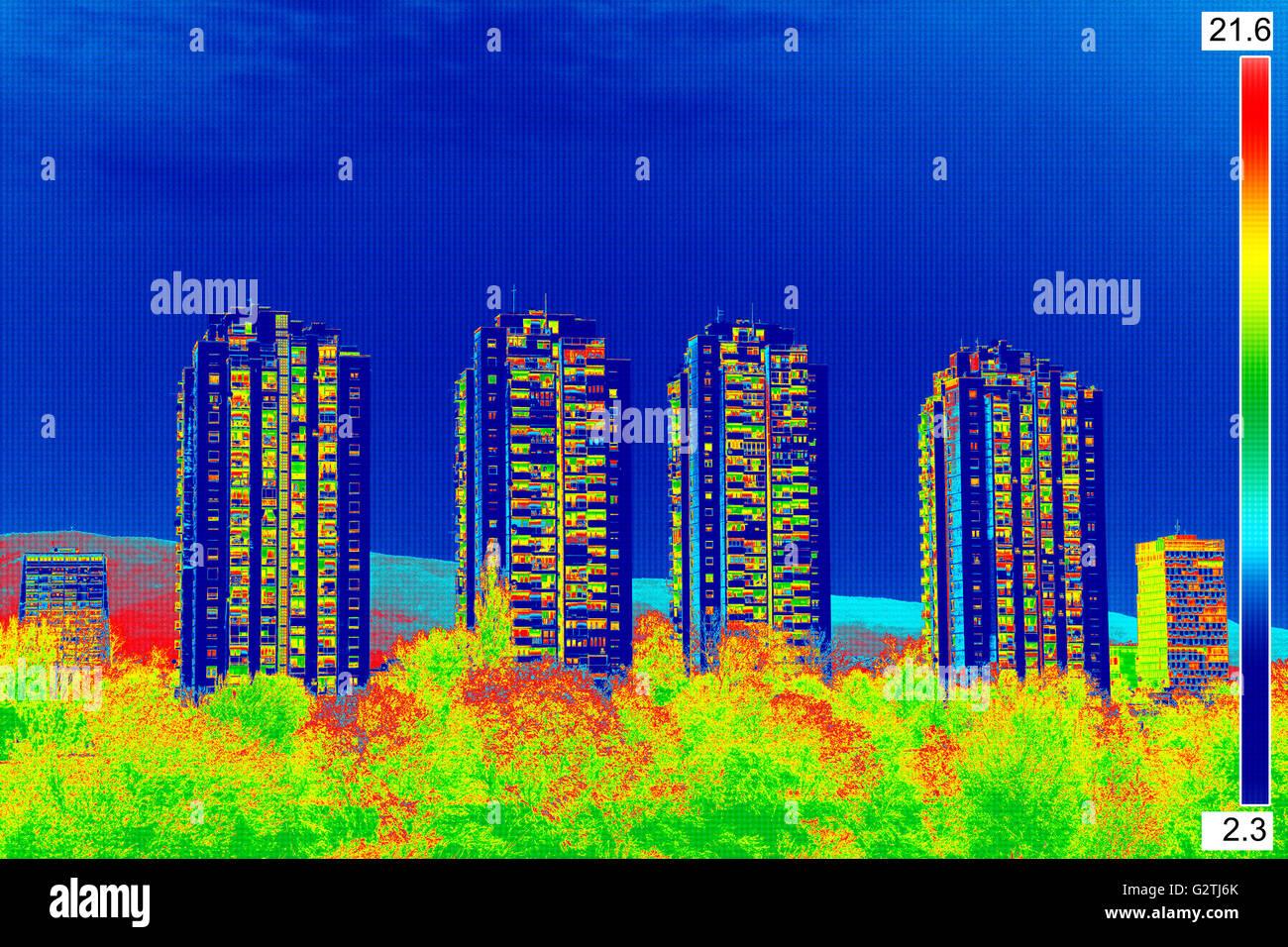Thermovision infrarouge image montrant l'absence d'isolation thermique sur la construction résidentielle Photo Stock
