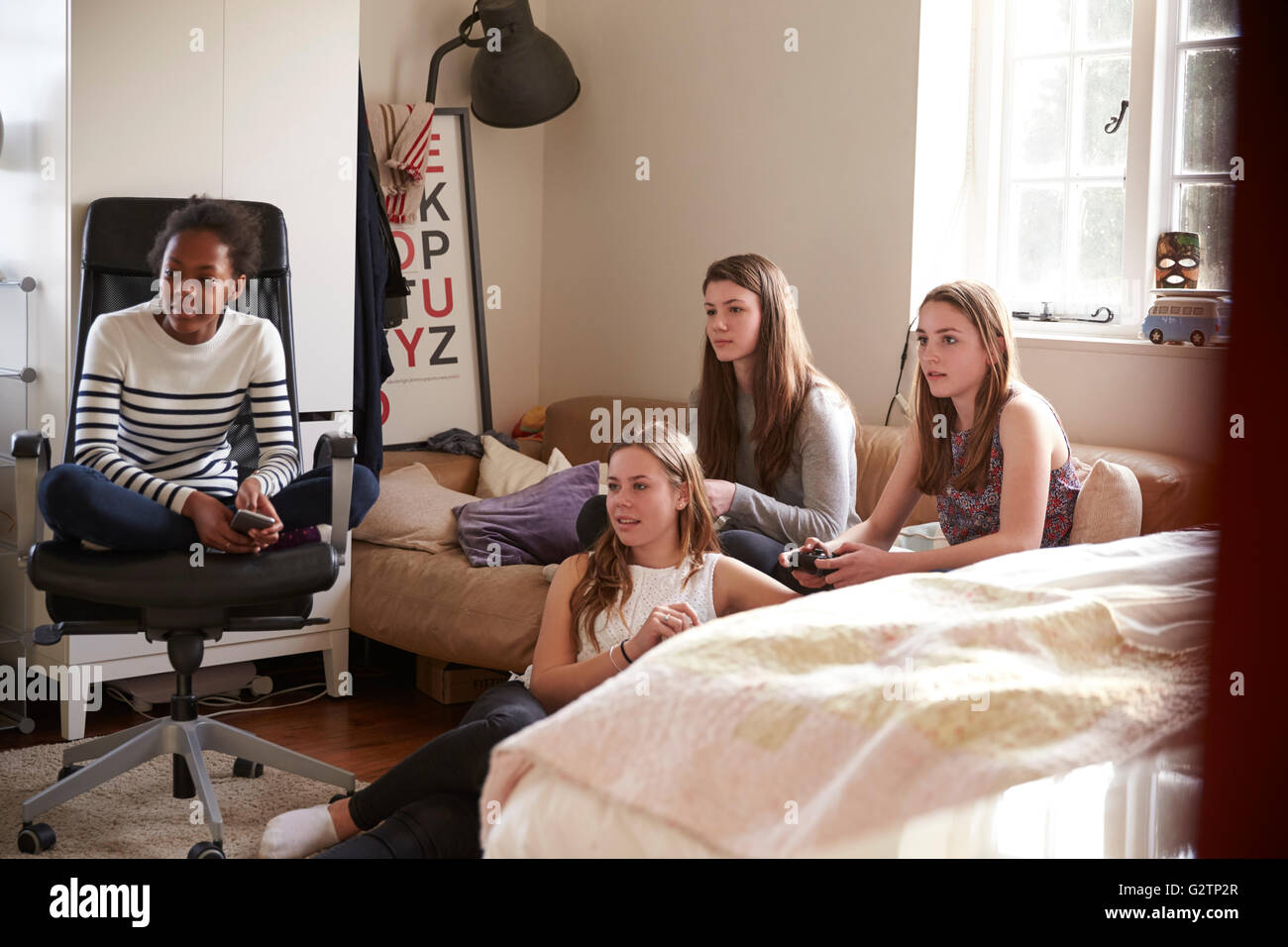 Groupe d'adolescentes jouer jeu vidéo dans la chambre Photo Stock