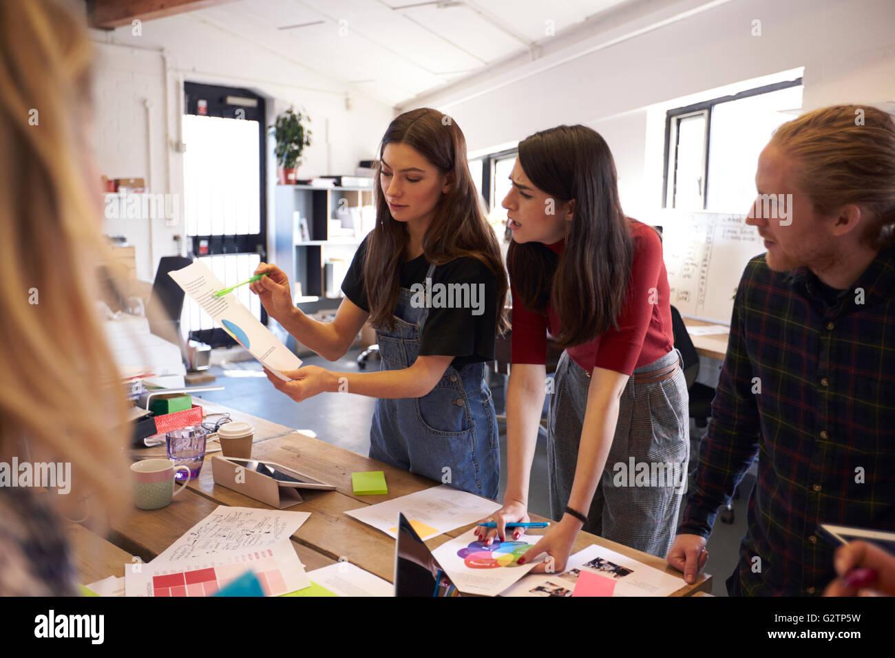 Réunion de réflexion créative en Design Office Photo Stock
