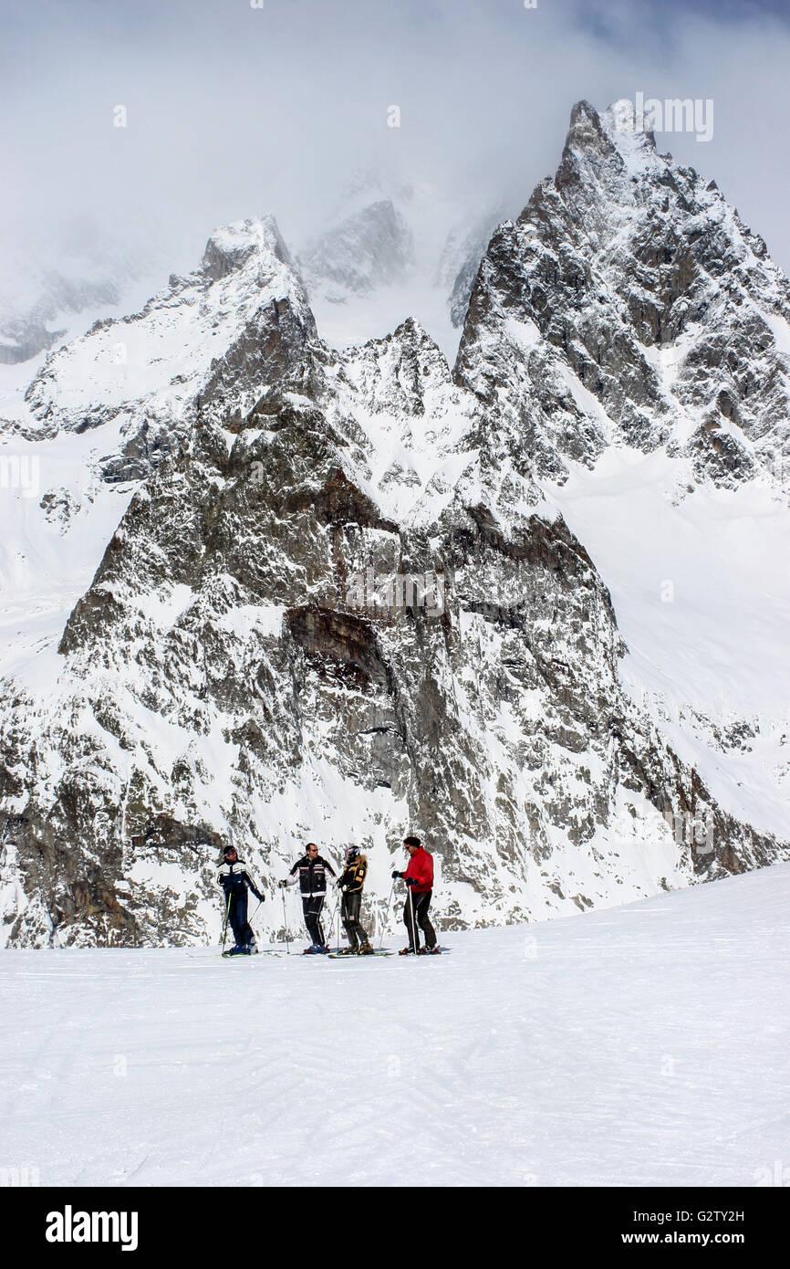Les skieurs en admirant la vue dans la station de ski de Courmayeur, Italie Photo Stock