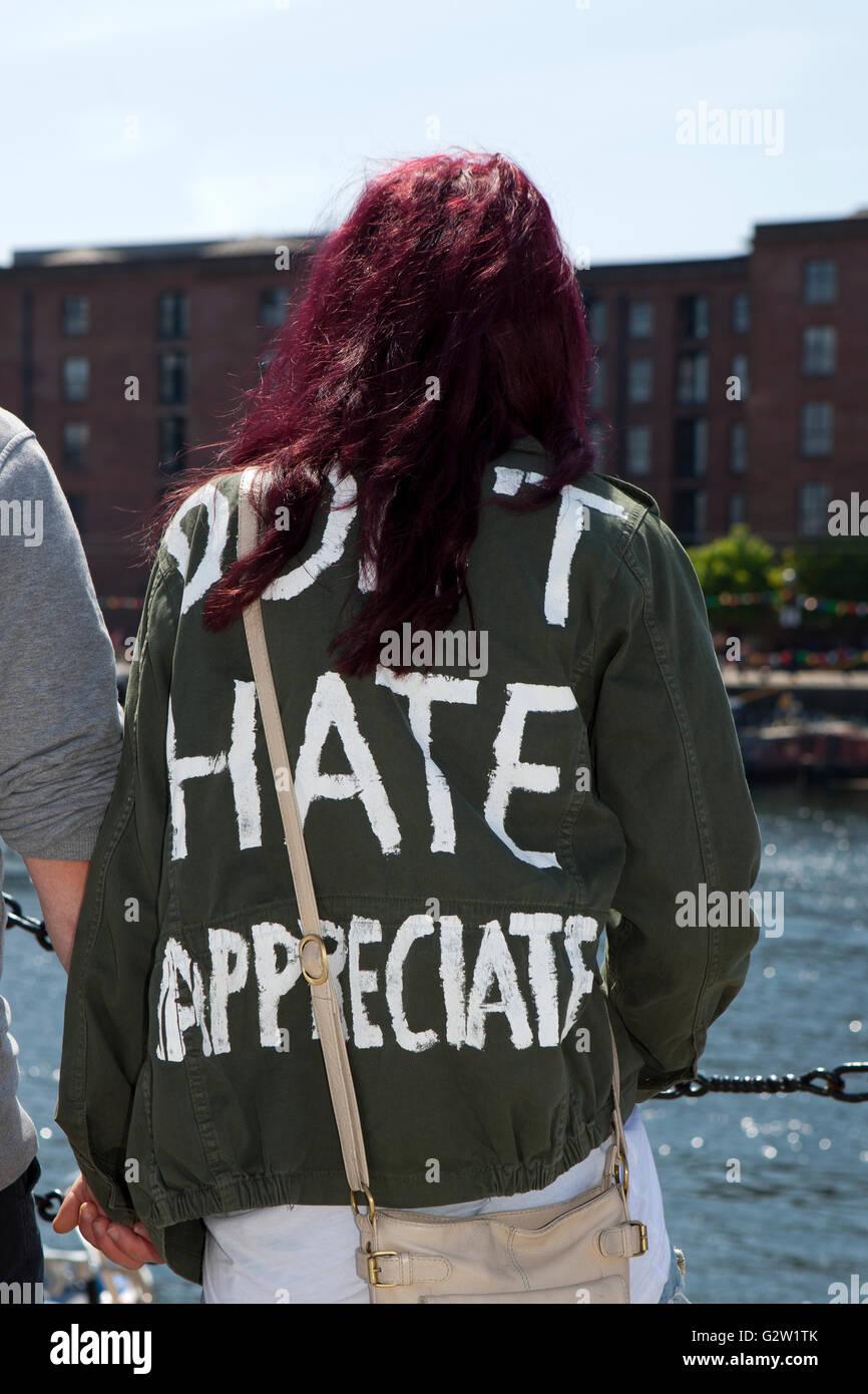 Ne détestez mais heureux, un slogan sur des T shirt à l'Albert Dock, Liverpool, Merseyside, Royaume Photo Stock