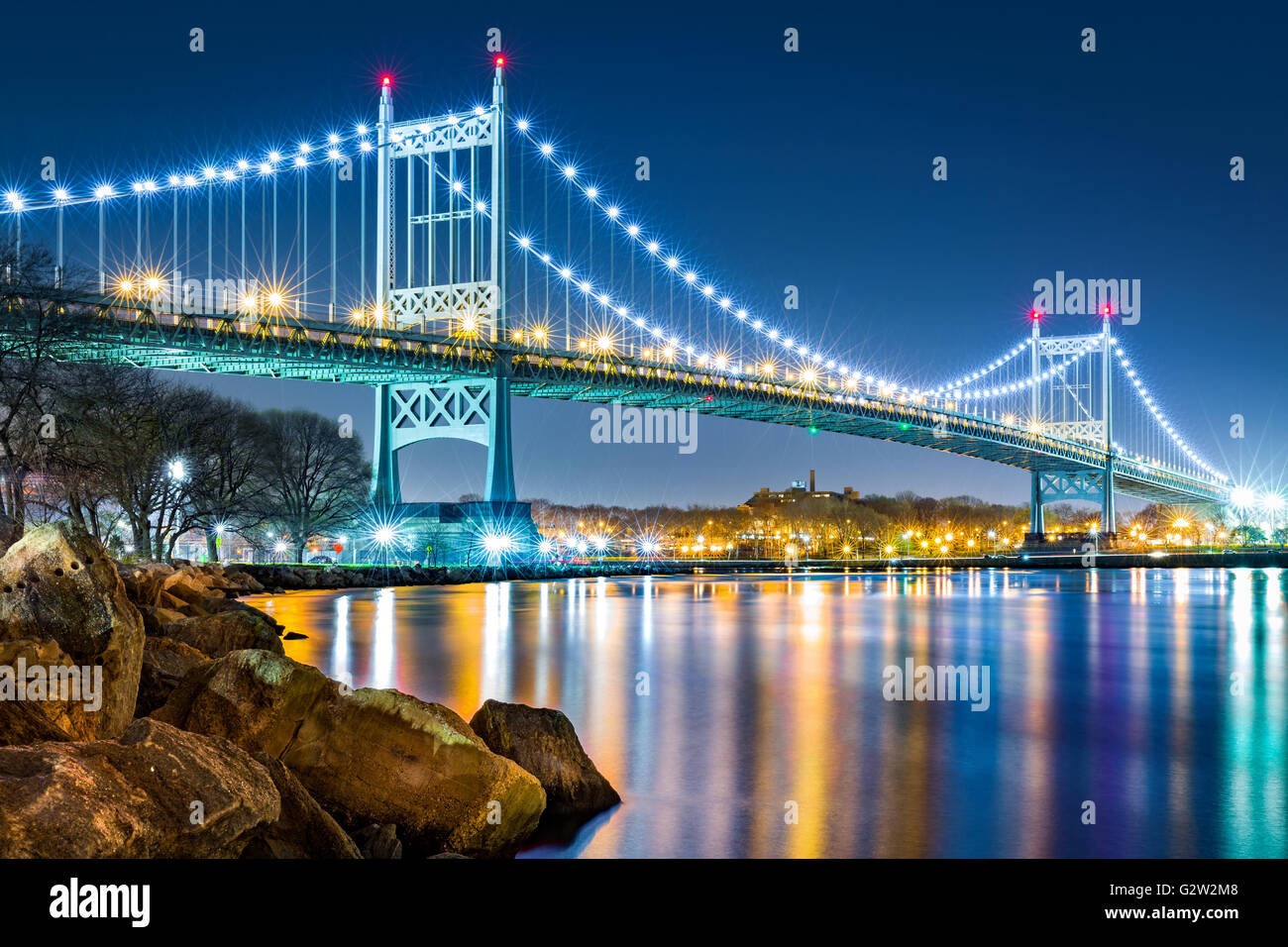 Robert F. Kennedy (aka pont Triboro Bridge) par nuit vu de l'Île Randalls, New York Photo Stock