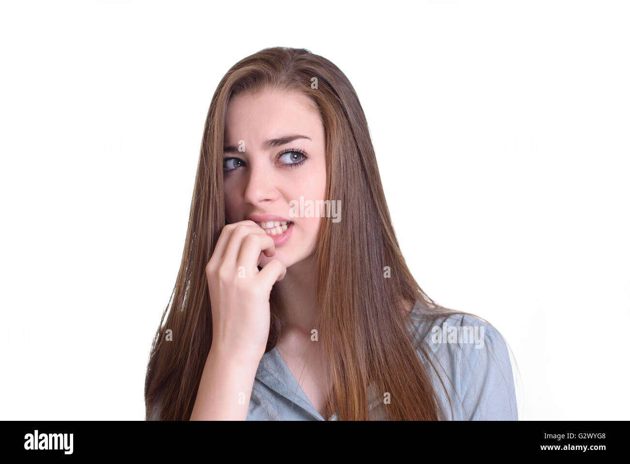 Jeune femme nerveux de mordre ses ongles Photo Stock