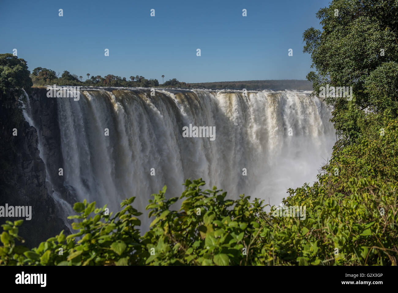 Victoria Falls dans le plein débit vu du Zimbabwe Photo Stock