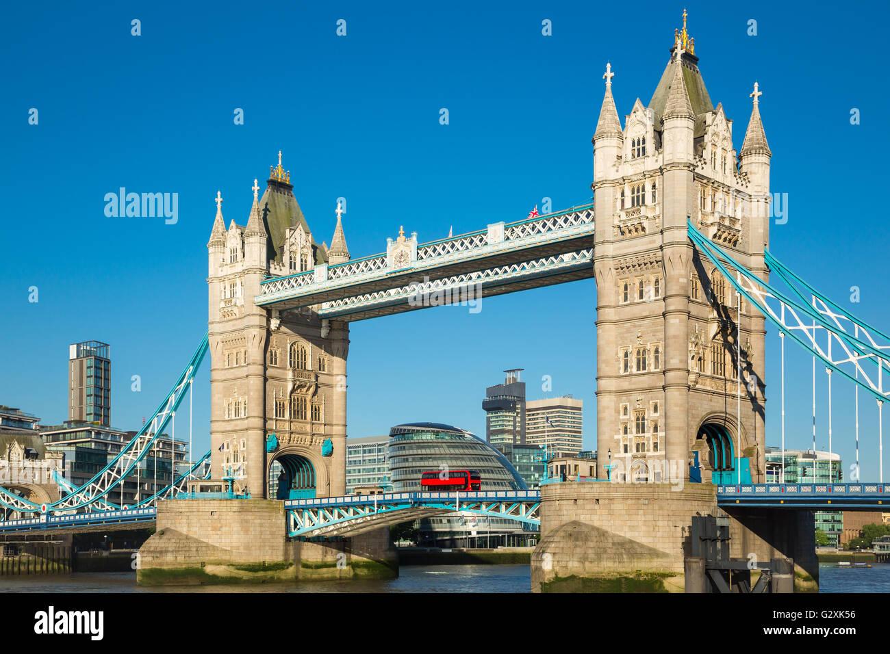 Le Tower Bridge de Londres avec ciel bleu Photo Stock