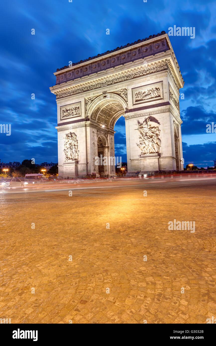 L'Arc de Triomphe à Paris la nuit Photo Stock