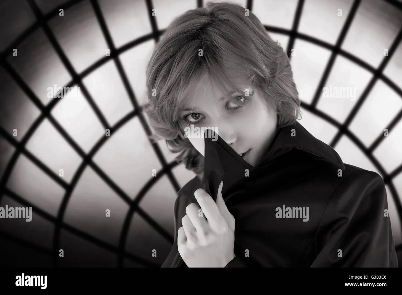Dans les tons noir et blanc portrait de femme mystérieuse contre un sinistre vitraux Photo Stock