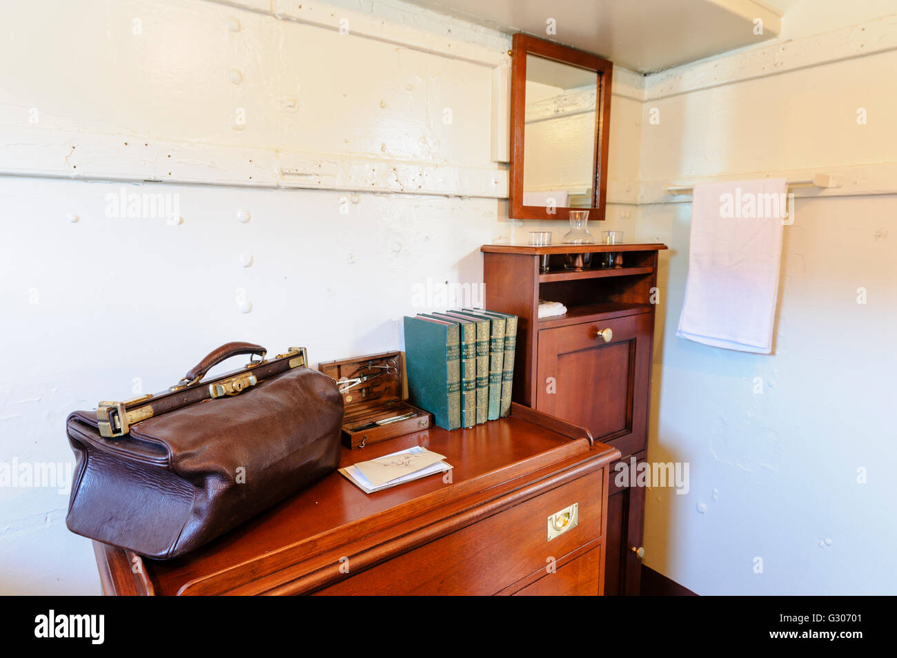 Les Notes Et Un Sac Medical Sur Un Bureau Dans Un Cabinet