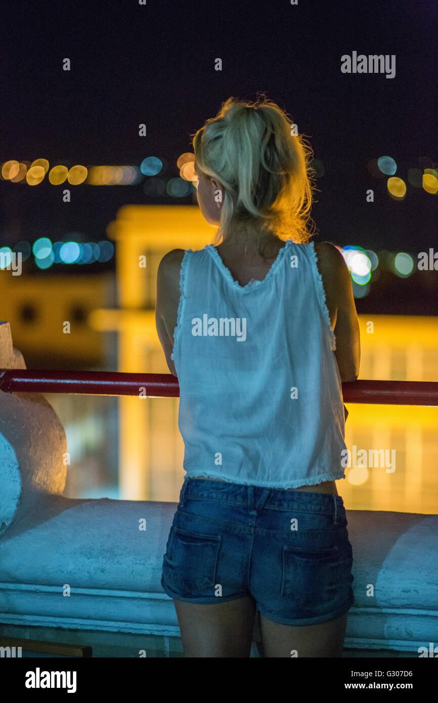 Voyageur européen blonde donne sur Santiago de Cuba, Cuba Photo Stock