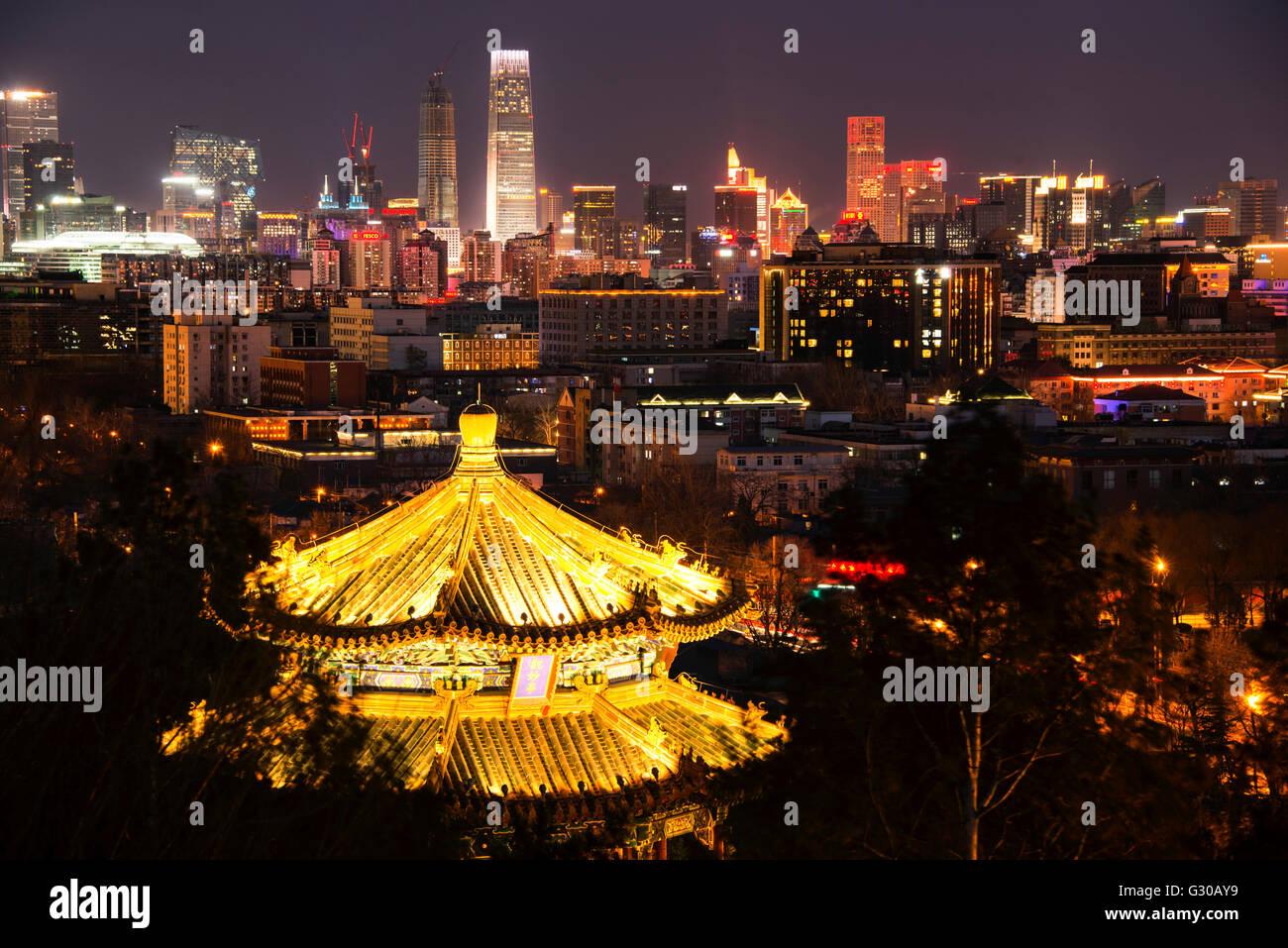 La pagode illuminée et Beijing cityscape at night, Beijing, China, Asia Photo Stock
