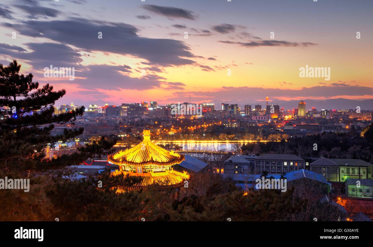 La pagode illuminée et la vue vers l'ouest de la ville de Beijing à la nuit tombée, Beijing, Photo Stock