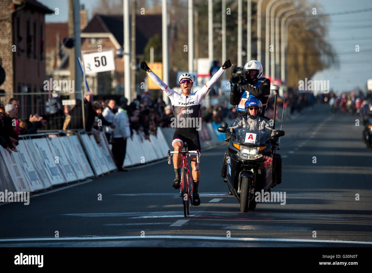 28/02/2016, Belgique. Jasper Stuyven (Trek Segafredo) célèbre remportant Kuurne-Bruxelles-Kuurne. Photo Stock