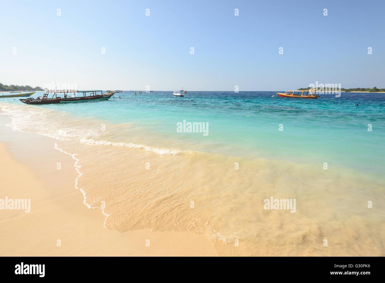 Bateaux ancrés au large de l'île de Gili Trawangan en Indonésie Photo Stock