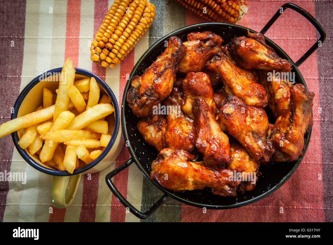 Cuisse de poulet frit avec des frites Photo Stock