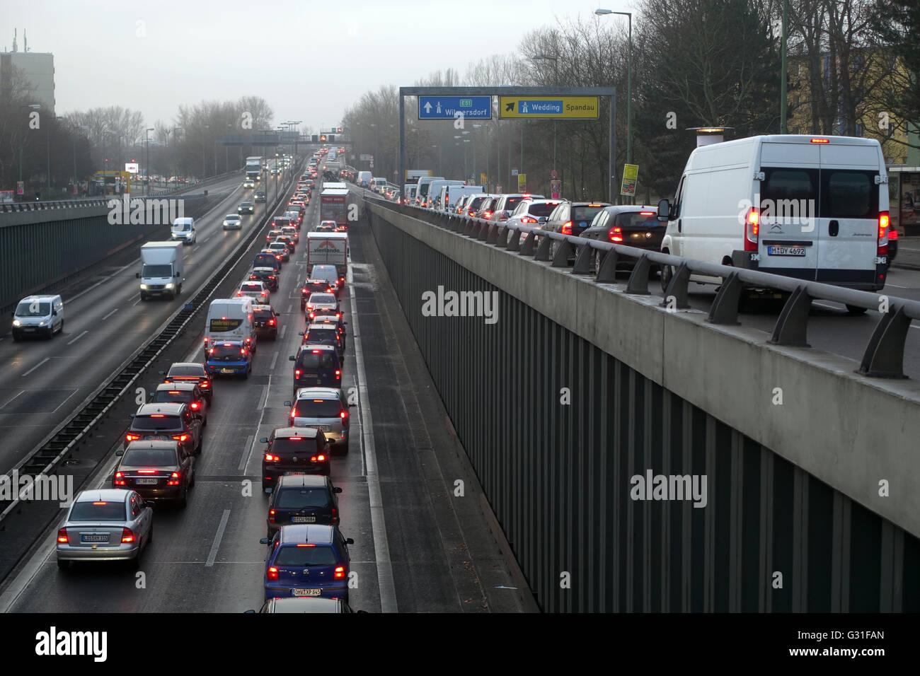 Berlin, Allemagne, embouteillage sur l'autoroute A 100 en hauteur Jakob-Kaiser-Platz Banque D'Images