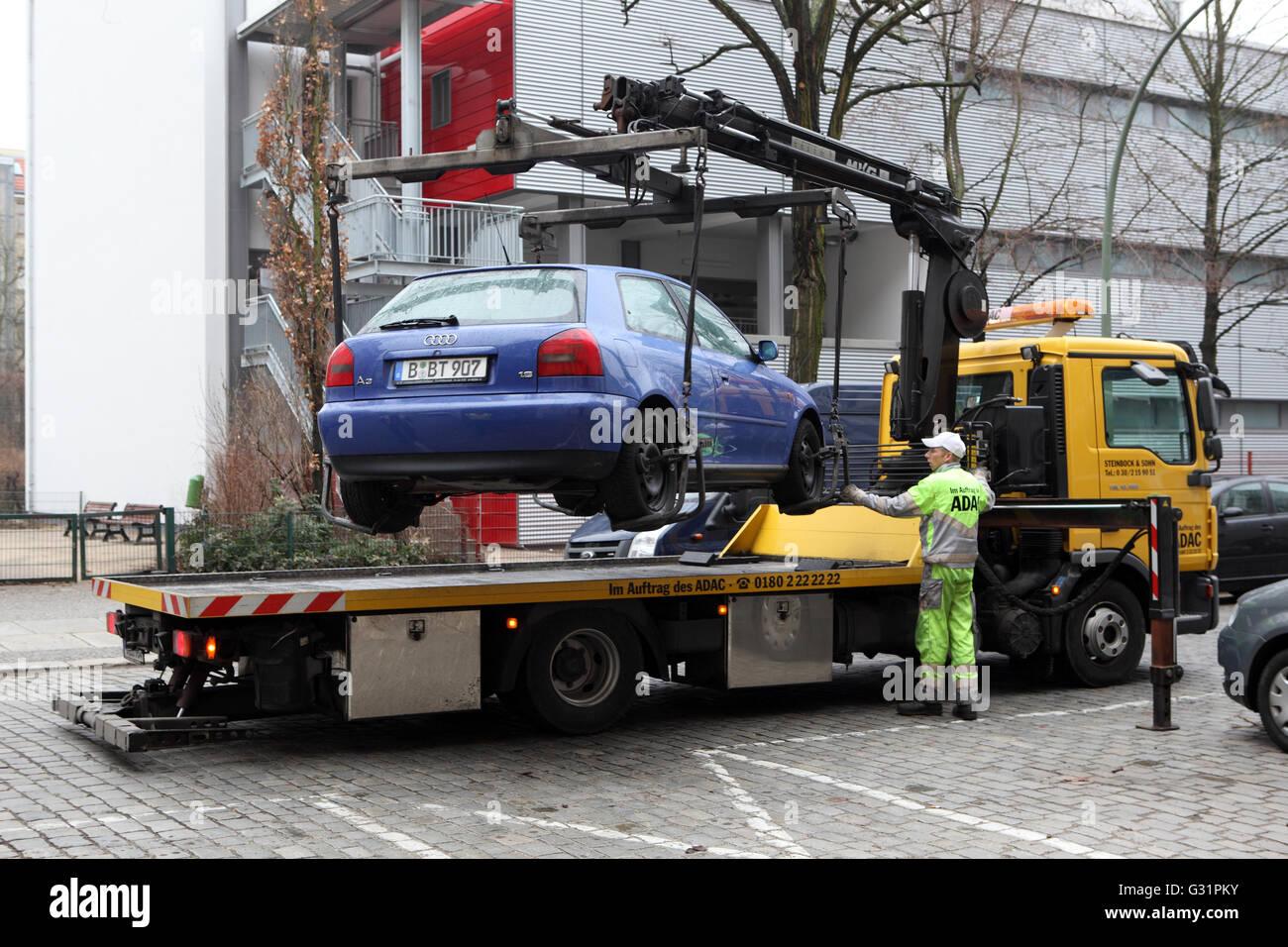 Berlin, Allemagne, une voiture en stationnement illégal est converti Banque D'Images