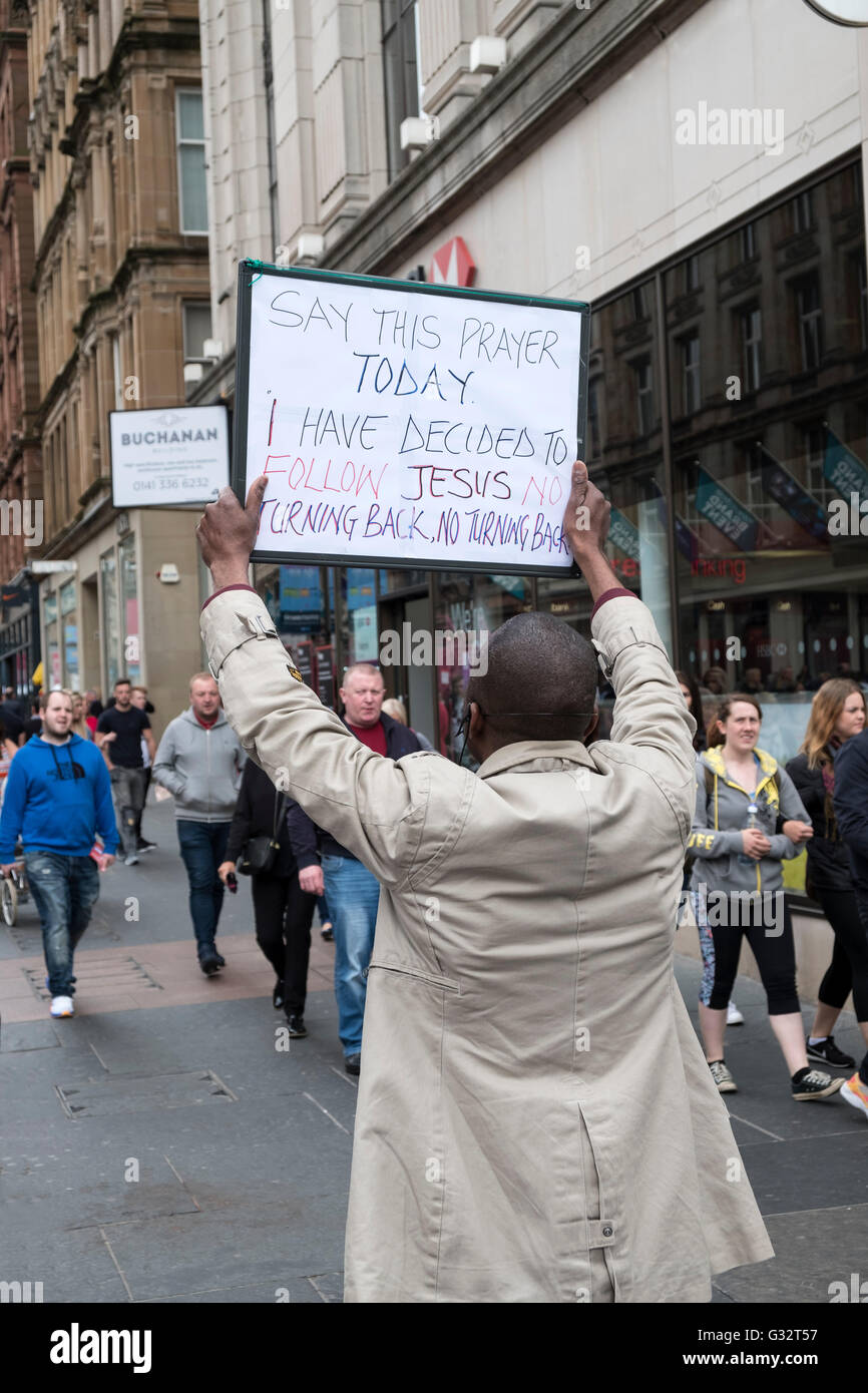 Man holding sign promouvoir le christianisme sur Buchanan Street, à Glasgow Royaume-Uni Photo Stock