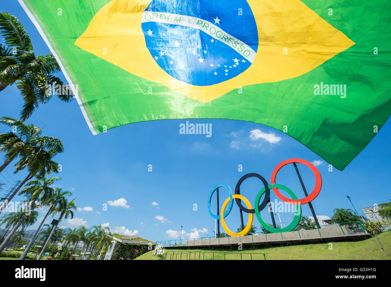 RIO DE JANEIRO - le 18 mars 2016: un drapeau du Brésil s'arrête en face de l'affichage des Photo Stock