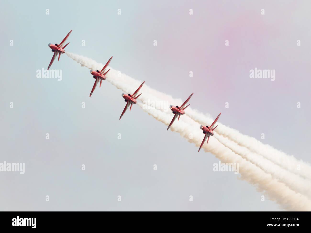 Les flèches rouges RAF aerobatic team vol face à l'appareil photo, Duxford Duxford meeting aérien Photo Stock