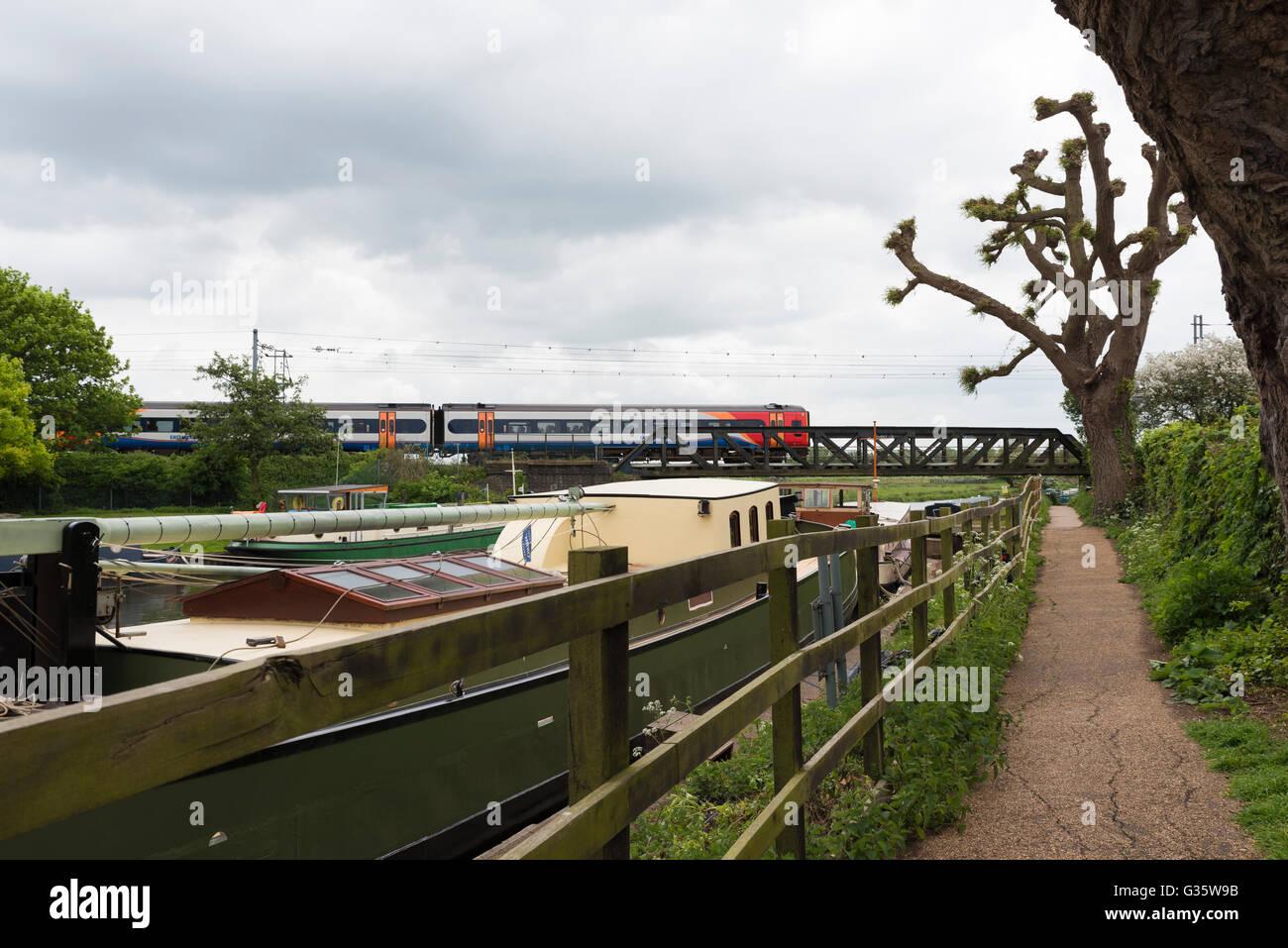 Modes de transport par train et bateau et pied Ely Cambridgeshire England UK Photo Stock