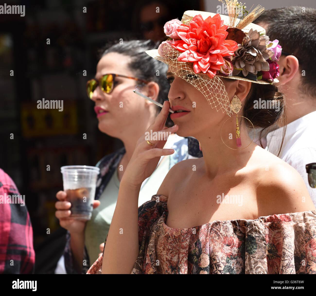 Femme élégante Vogue fumer cigarette fine à San Isidro festival fiesta à Nerja Andalousie Espagne Photo Stock